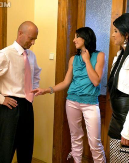 Бизнесмен трахает двух брюнеток в коридоре