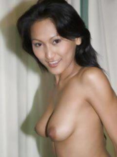 Стройная азиатка показывает сиськи и бритую пизду