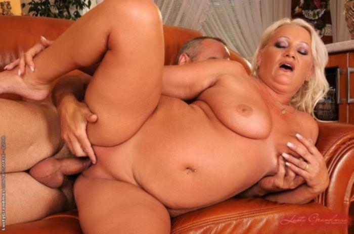 Зрелая блондинка с пышными сиськами жарится на диване