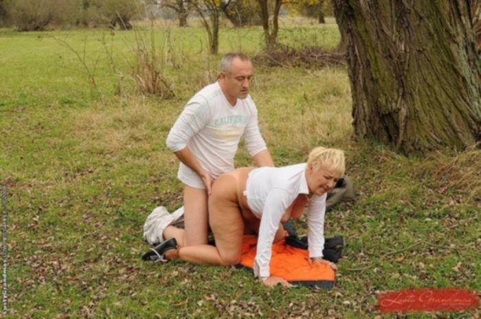 Порно фото секса с похотливой старухой на природе в анал и волосатую пизду