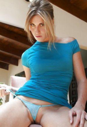 Сексуальная блондинка дрочит пизду своими трусиками