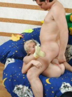 Худая блондинка с двумя косичками сладко трахается в пизду и попку