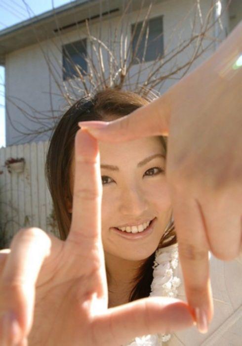 Стеснительная азиатка показывает свои прелести.