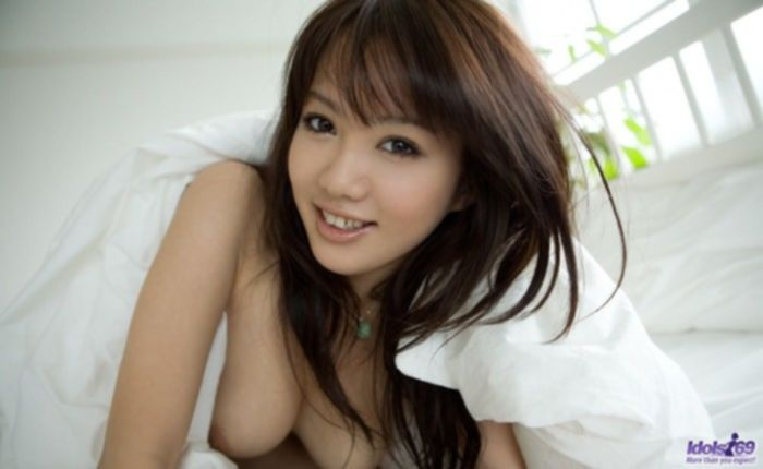 Красивый стриптиз молодой азиатки в ванной