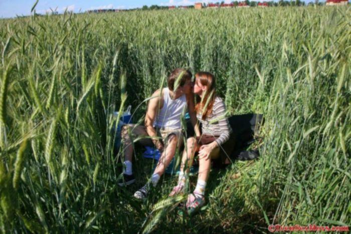 Трахает девочку в густой траве.