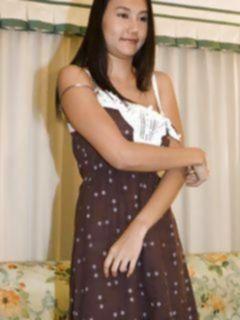 Азиатка снимает сексуальное нижнее белье для фото сессии