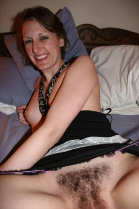 Милая домохозяйка не стесняется своей волосатой письки