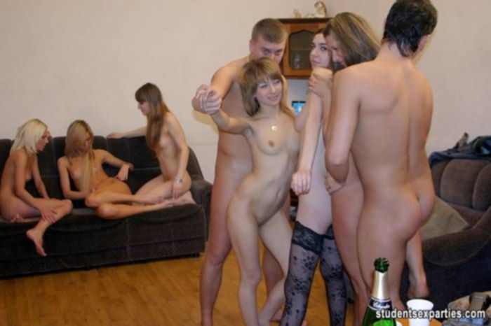 Молодые девчонки состязались в отсосе членов на групповухе