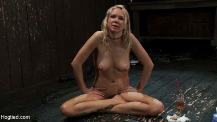 Блондинка получила яркий оргазм от вибратора в БДСМ
