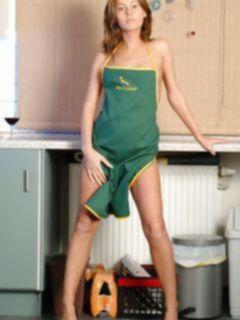 Частные эротические фото рыжей домохозяйки на кухне
