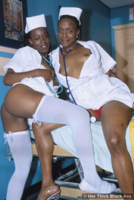 Шоколадные медсестры глубоко сосали член в групповухе