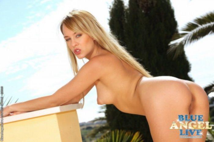 Русская блондинка мастурбирует анальными шариками