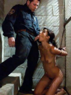 Полицейский больно в стиле БДСМ трахает молоденькую заключенную