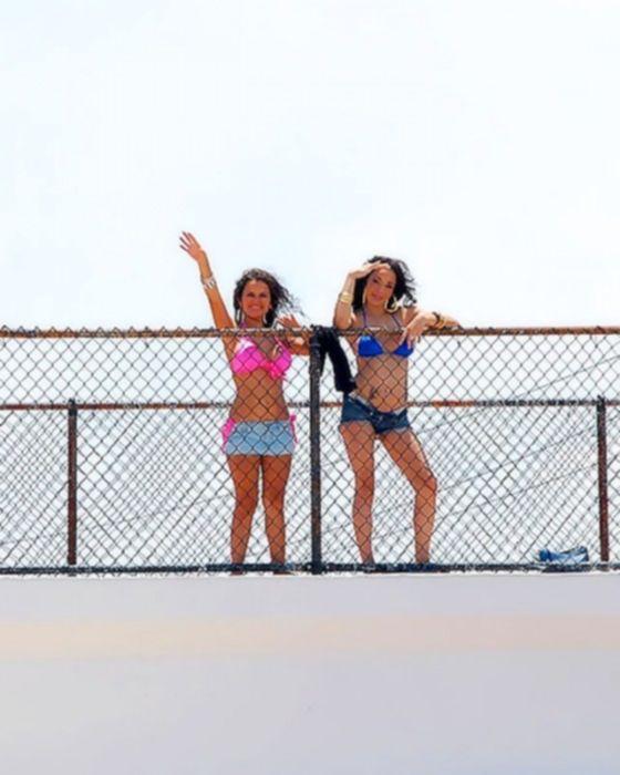 Парни в бассейне трахнули двух шлюх в бикини.
