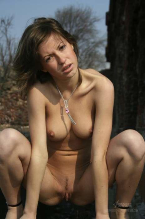 Молодая русская красотка разделась и присела на улице