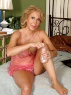 Старуха в розовом белье вспоминает молодость с секс игрушками