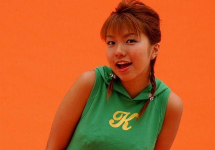Молоденькая азиатка демонстрирует свое тело