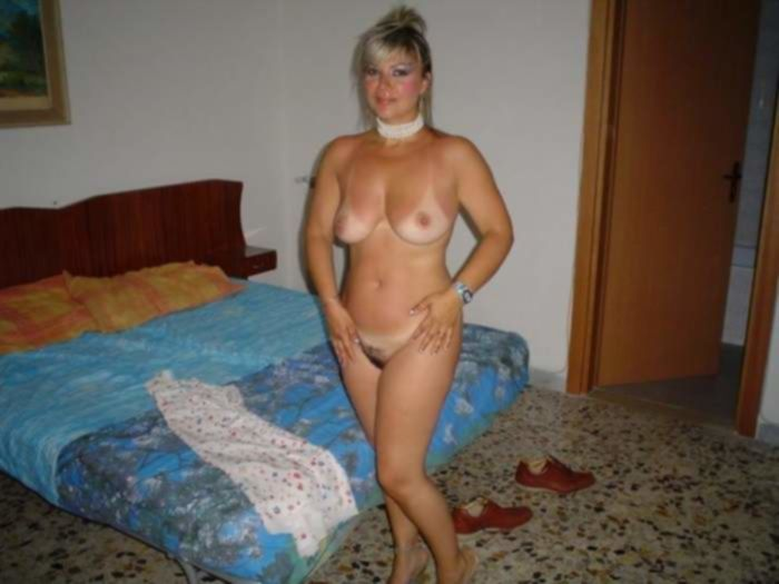 Зрелая домохозяюшка предстала в эротичной блузке