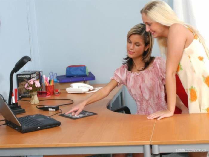 Лесбиянка блондинка качественно отлизала два отверстия