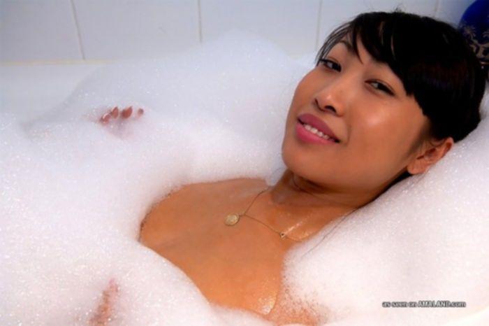 Трахает в рот азиатку в ванной.