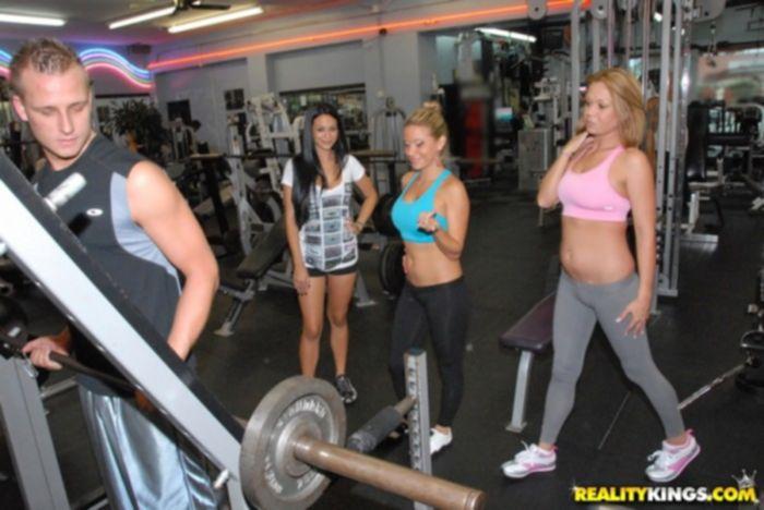 Три спортсменки проститутки трахаются за баксы