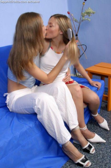Подружки лезбиянки трахаются дилдо