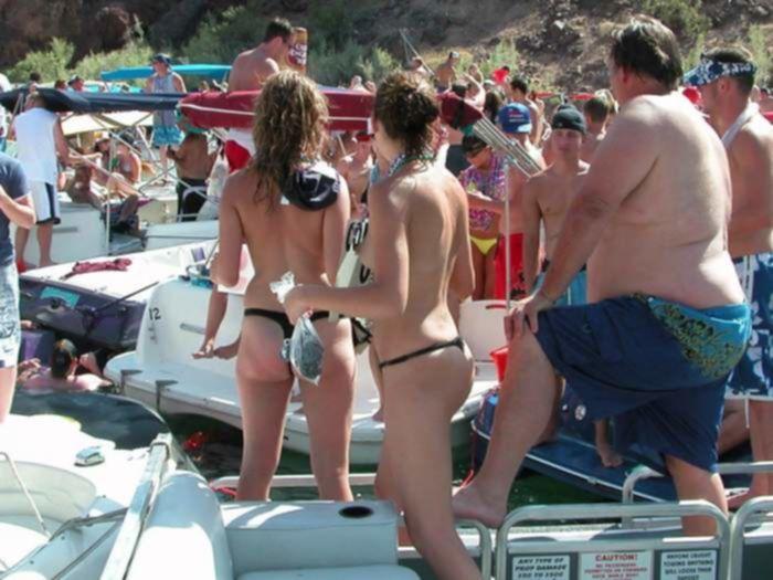 Девушки в сексуальных бикини загорают на пляже топлес