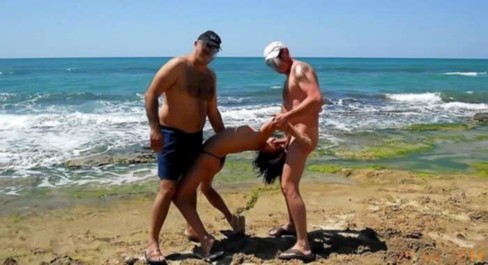 Два мужика на пляже пустили девку в оборот и сняли на частную камеру