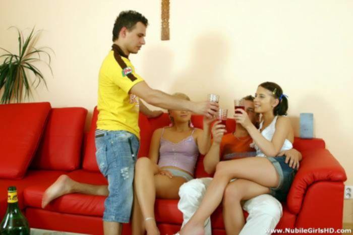Аппетитные молоденькие девки жарятся в письки на групповухе