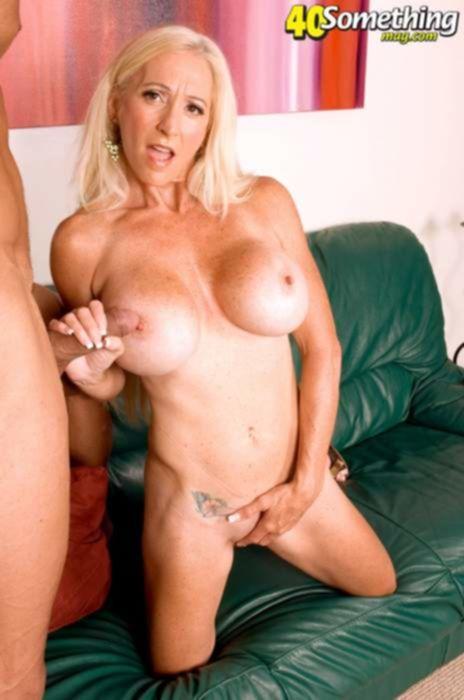Облизал и трахнул бритую вагину зрелой блондинки с большими силиконовыми сиськами