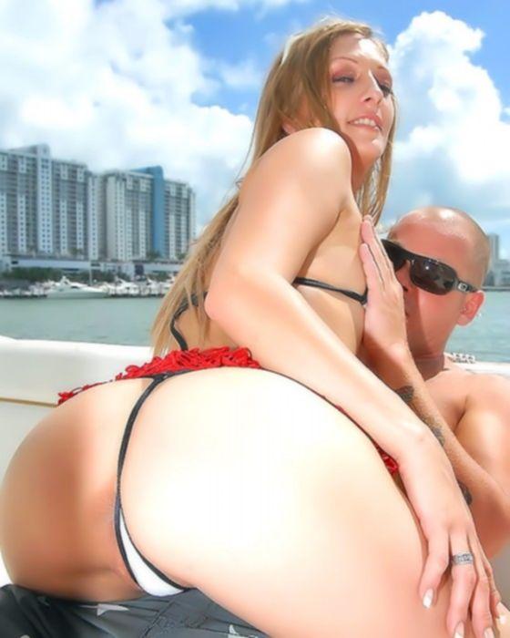 Снял на пляже потаскуху в бикини.