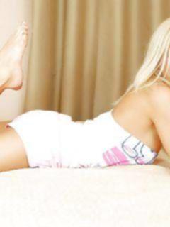Молоденькая блондинка ласкает пальчиками свои большие сиськи