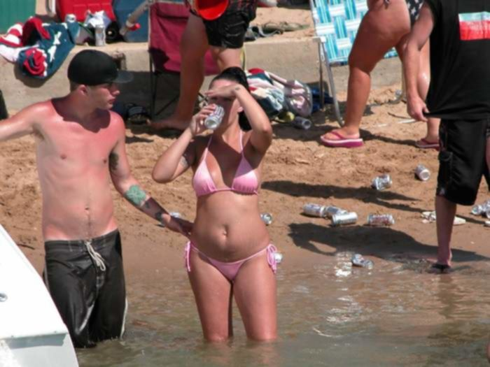 Сексапильные дамочки в сексуальных бикини на пляже...