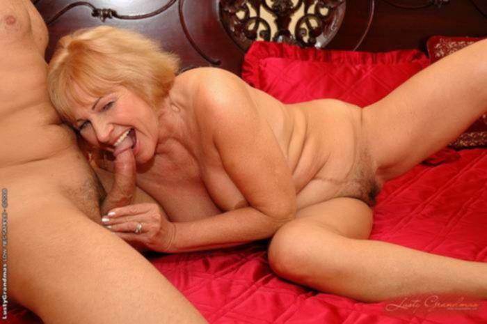 Зрелая мамка с натуральными сиськами оседлала член в спальне