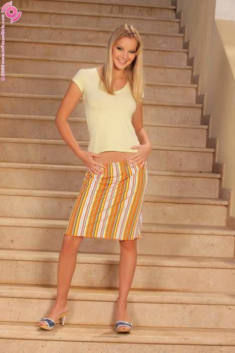 Милая блондинка нескромно раздевается на лестнице и дрочит свой клитор