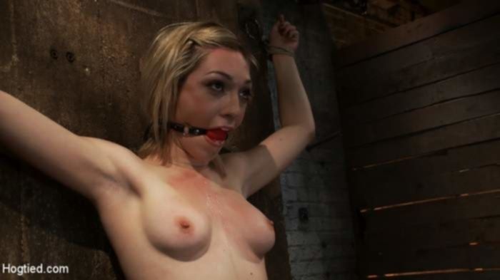 Грациозная блондинка дико кончила от мастурбации в БДСМ