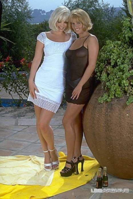 Пикантные лесбиянки решили потрахаться на воздухе в саду