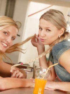 Подружки-поебушки трахают друг друга на кухне