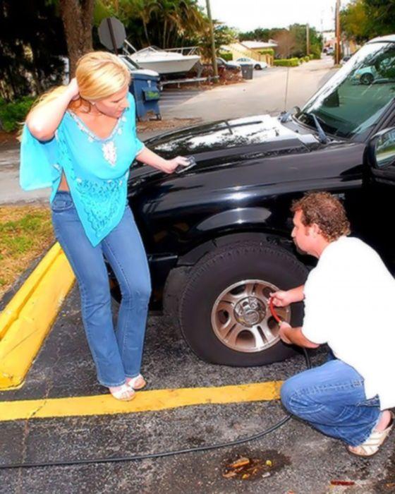 Зрелая блондинка отблагодарила пиздой автослесаря.