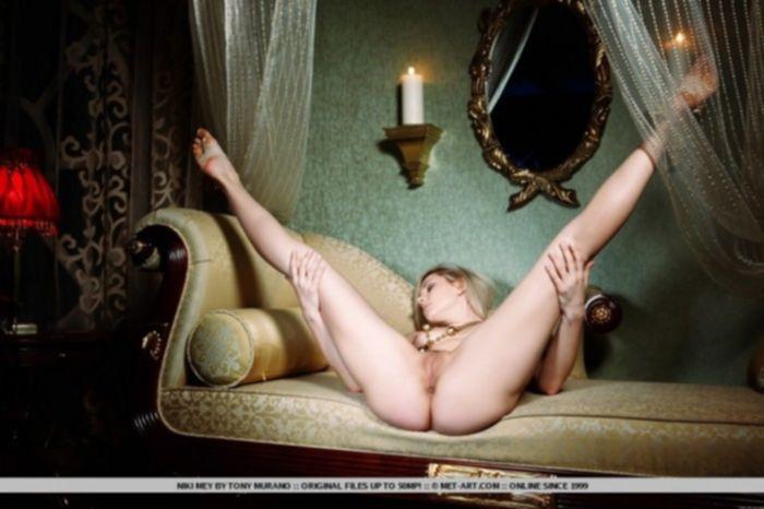 Сексуальная блондинка показывает бритую вагину