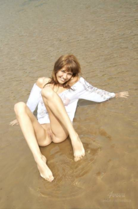 Пляжная русская девка разделась прямо на берегу для фотографий