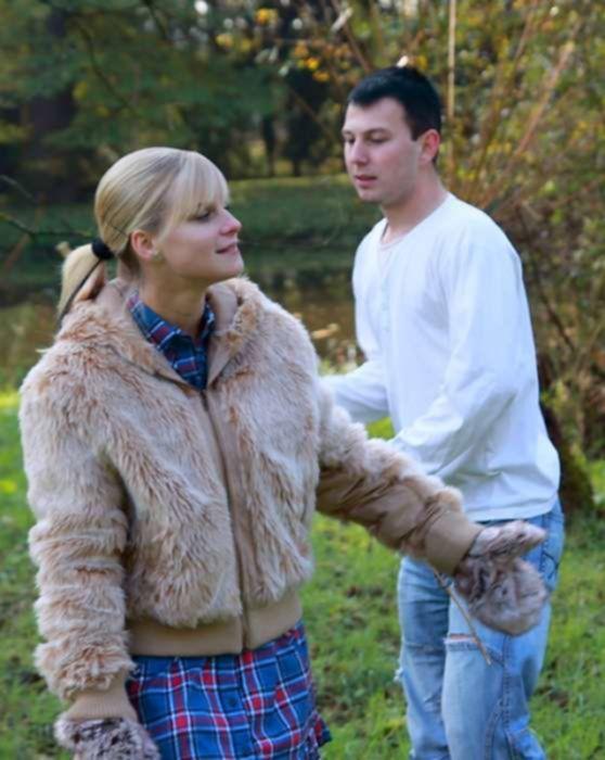 Молоденькую подругу блондинку поимел раком в огороде