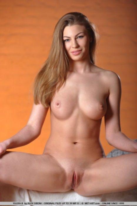 Гламурная русская девочка мастурбирует на кровати.