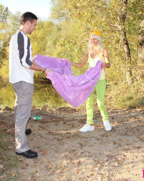 Блондинку тинейджера трахает в анал молодой парень на природе у реки и кончает на ее большие сиськи