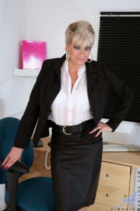 Зрелая бизнес-леди в чулках удовлетворяет себя на работе прозрачным дилдо на полу