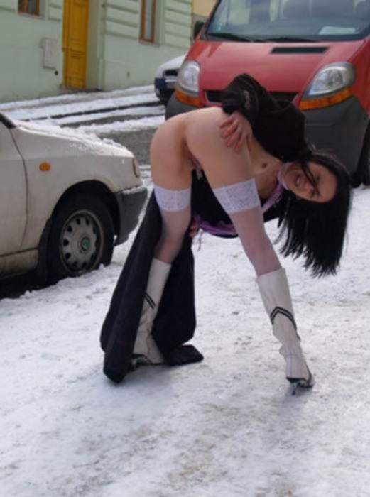 Две славянские лесбиянки поигрались с письками на улице
