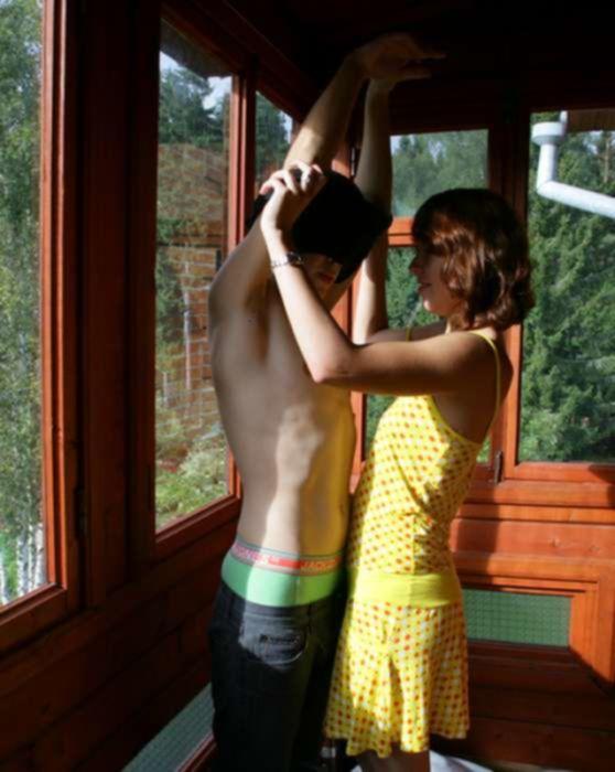 Деревенская шлюшка трахается в позе раком в анал с городским пареньком на белоснежной шкуре