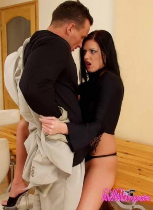 Брюнетка испытывает анальный оргазм от анального секса со своим парнем