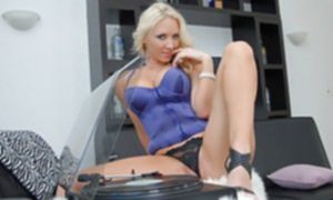 Сексуальные шалости молоденьких блондинок с большими сиськами