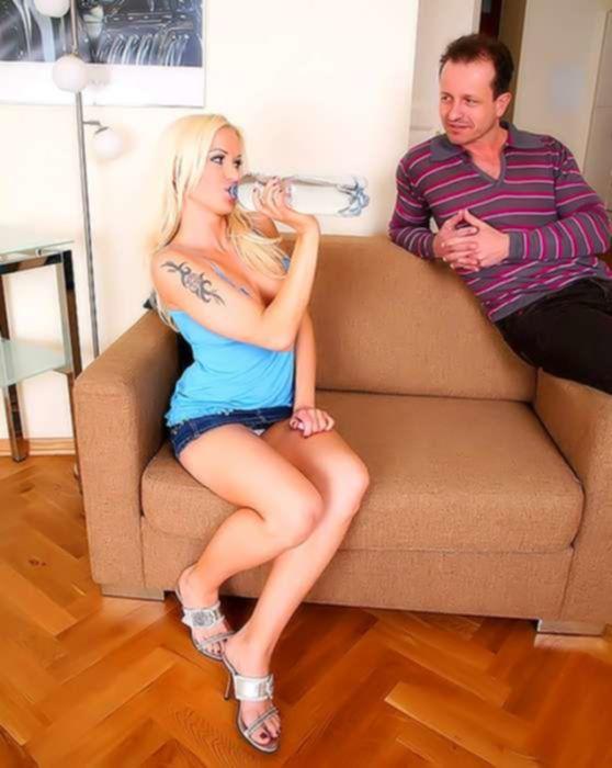 Молодая блондинка благодарит аналом за помощь